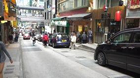 4K ντόπιοι και άνθρωποι τουριστών που περπατούν στην οδό εστιατορίων στο Χονγκ Κονγκ απόθεμα βίντεο