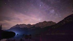 4K νυχτερινό σφάλμα της λίμνης Eibsee και του βουνού Zugspitze στα γερμανικά όρη Βαυαρία απόθεμα βίντεο