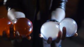 4K ο μαύρος μάγος κάνει ταχυδακτυλουργίες τέσσερις σφαίρες Δύο σε κάθε χέρι φιλμ μικρού μήκους
