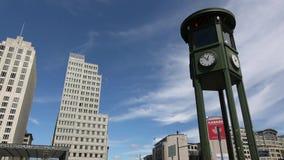 4K Παλαιός φωτεινός σηματοδότης με το ρολόι σε μεγάλο τετραγωνικό αποκαλούμενο Potsdamer Platz απόθεμα βίντεο