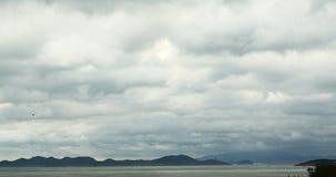 4k παράκτιο σύννεφο ακτών παραλιών που η ωκεάνια επιφάνεια κυμάτων θαλάσσιου νερού απόθεμα βίντεο