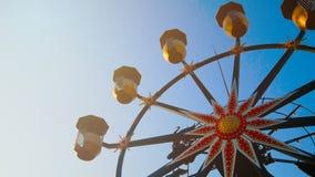 4K περιστροφή ροδών ferris στο υπόβαθρο μπλε ουρανού στην ηλιόλουστη ημέρα απόθεμα βίντεο