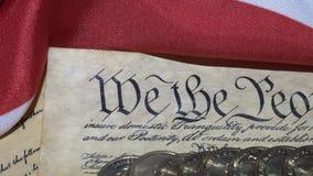4k πρόλογος Ηνωμένων Διακηρύξεων Δικαιωμάτων στο σύνταγμα και τη αμερικανική σημαία απόθεμα βίντεο