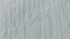 4K Πτήση και απογείωση επάνω από τους τομείς χιονιού το χειμώνα, εναέρια τοπ άποψη Άσπρη σύσταση χιονιού απόθεμα βίντεο
