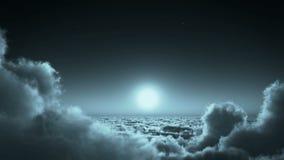 4k πτήση νύχτας στη μάζα σύννεφων, το φεγγάρι & τον ουρανό ουρανού, μακρινό διάστημα μεγάλου υψομέτρου διανυσματική απεικόνιση
