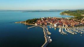 4K Πτήση πέρα από την παλαιά πόλη Izola στη Σλοβενία, εναέρια πανοραμική άποψη με τη μαρίνα στο ηλιοβασίλεμα Αδριατική χερσόνησος απόθεμα βίντεο