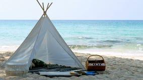4K ρομαντική άσπρη σκηνή πικ-νίκ με τα τρόφιμα καλαθιών στην άσπρη παραλία άμμου με το κρύσταλλο - καθαρίστε το νερό και το μπλε  φιλμ μικρού μήκους