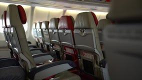 4k σειρές της καμπίνας καθισμάτων στο εσωτερικό αεροπλάνο Ταξιδιώτες που επιβιβάζονται σε ένα αεροπλάνο φιλμ μικρού μήκους