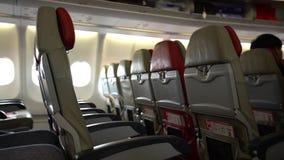 4k σειρές της καμπίνας καθισμάτων στο εσωτερικό αεροπλάνο Ταξιδιώτες που επιβιβάζονται σε ένα αεροπλάνο απόθεμα βίντεο