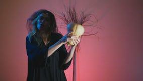 4k, σε αργή κίνηση, αποκριές Μια γυναίκα στο κοστούμι μιας φοβερής μάγισσας χορεύει με μια κολοκύθα στα χέρια της Διάστημα για απόθεμα βίντεο