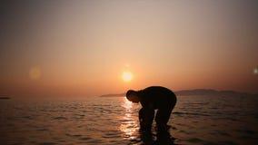 4K σκιαγραφία της εκμετάλλευσης πατέρων και της κόρης ανελκυστήρων στη θάλασσα με το σιτάρι ατμόσφαιρας θερινού ηλιοβασιλέματος κ απόθεμα βίντεο