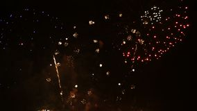 4K στενός επάνω μήκους σε πόδηα του πραγματικού ζωηρόχρωμου φεστιβάλ πυροτεχνημάτων στην επίδειξη ουρανού τη νύχτα κατά τη διάρκε απόθεμα βίντεο