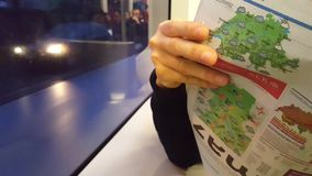 4K στενό επάνω βίντεο UHD της εφημερίδας ανάγνωσης πρωινού στο μητροπολιτικό τραμ απόθεμα βίντεο