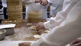4K ταϊβανικοί αρχιμάγειρες ομάδων που μαγειρεύουν τα παραδοσιακά τρόφιμα Ασιατικός αρχιμάγειρας που κατασκευάζει την μπουλέττα απόθεμα βίντεο