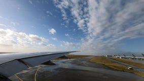 4K, τα σύννεφα και ο ήλιος λάμπουν όπως βλέπουν μέσω του παραθύρου αεροπλάνων σκοντάφτουν κατά την πτήση φιλμ μικρού μήκους