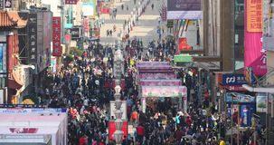 4k τεράστιο πλήθος των ανθρώπων που περπατούν στην επιχειρησιακή οδό της Κίνας, QingDao, Κίνα απόθεμα βίντεο