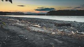 4K τηλεοπτική ταινία κινηματογράφων Timelapse του ηλιοβασιλέματος κοντά στα δέντρα νησιών λιμνών Denali Αλάσκα κοντά στον ποταμό  απόθεμα βίντεο