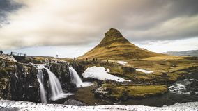 4K τηλεοπτικός κινηματογράφος ταινιών χρονικού σφάλματος που κινεί τον άξονα δύο Kirkjufell ή του βουνού εκκλησιών στα ισλανδικά  απόθεμα βίντεο