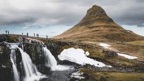 4K τηλεοπτικός κινηματογράφος ταινιών χρονικού σφάλματος Kirkjufell ή του βουνού εκκλησιών στα ισλανδικά το χειμώνα με Kirkjufell απόθεμα βίντεο
