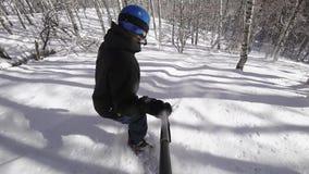 4k τηλεοπτικό πρόσωπο snowboarder που κάτω από την κινηματογράφηση σε πρώτο πλάνο κλίσεων με το gopro απόθεμα βίντεο