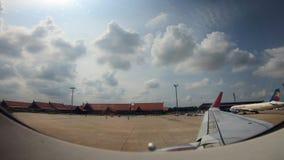 4K το αεροπλάνο προετοιμάζεται για την απογείωση από το διεθνή αερολιμένα Siem συγκεντρώνει απόθεμα βίντεο