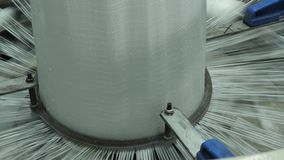4K υφαίνοντας εγκαταστάσεις για την παραγωγή των τσαντών πλαστικού ή πολυπροπυλενίου απόθεμα βίντεο