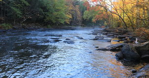 4K υδρονέφωση UltraHD πέρα από Algonquin τον ποταμό το φθινόπωρο απόθεμα βίντεο