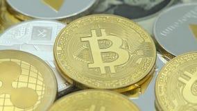 4K φυσικό μέταλλο Bitcoin και νόμισμα Ethereum στο άσπρο υπόβαθρο BTC ETH-Dan απόθεμα βίντεο