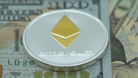 4K φυσικό μέταλλο Bitcoin και νόμισμα Ethereum στο άσπρο υπόβαθρο BTC ETH-Dan φιλμ μικρού μήκους