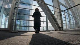 4k - Χαριτωμένο μικρό παιδί που περιμένει το αεροπλάνο του στο airtrap στο φως του ήλιου φιλμ μικρού μήκους