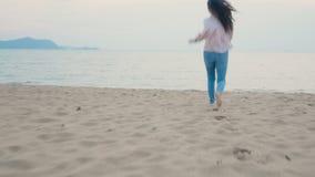 4K χαρούμενη γυναίκα να απολαμβάνει τις καλοκαιρινές διακοπές στην τροπική παραλία, να τρέχει στη θάλασσα με ξυπόλητη αίσθηση απόθεμα βίντεο