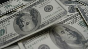 4K Χρήματα τραπεζογραμματίων δολαρίων για το υπόβαθρο ΗΠΑ χρήματα δολαρίων που τίθενται με την αρίθμηση στους λογαριασμούς εκατό  απόθεμα βίντεο