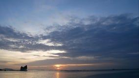 4K, χρονικό σφάλμα του όμορφου ηλιοβασιλέματος στη θάλασσα με το νεφελώδες υπόβαθρο περίπτερων ουρανού και σκιαγραφιών Να λάμψει  απόθεμα βίντεο