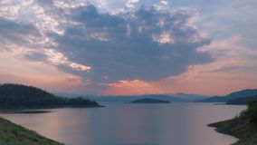 4K χρονικό σφάλμα του όμορφου ηλιοβασιλέματος στο φράγμα Kaeng Krachan απόθεμα βίντεο