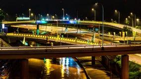 4K χρόνος-σφάλμα της κυκλοφορίας στην ανταλλαγή αυτοκινητόδρομων τη νύχτα στη Κουάλα Λουμπούρ Μαλαισία 4K timelapse φιλμ μικρού μήκους