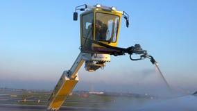 4K, ψεκάζοντας de-icer υπαλλήλων στα φτερά αεροσκαφών Αντιψυκτική επεξεργασία αεροπλάνων απόθεμα βίντεο