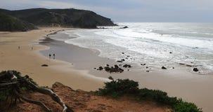 4K όμορφη παραλία UltraHD με τα κυλώντας κύματα απόθεμα βίντεο