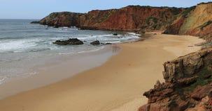 4K όμορφη παραλία UltraHD με τα μεγάλα κύματα απόθεμα βίντεο