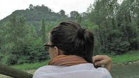 4k όμορφη συνεδρίαση κοριτσιών στα σκαλοπάτια βράχου μέσα βαθιά - πράσινο δάσος κοντά στον ποταμό βουνών που με το καθαρό αέρα κα φιλμ μικρού μήκους