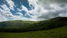 4K όμορφο καλοκαίρι τοπίων χρονικού σφάλματος στα Καρπάθια βουνά απόθεμα βίντεο