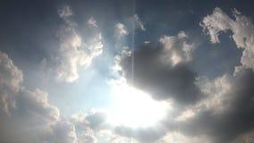 4K όμορφο cloudscape με τα μεγάλα, σύννεφα οικοδόμησης και σπάσιμο ανατολής μέσω της μάζας σύννεφων φιλμ μικρού μήκους