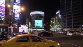 4k, автомобили движения и мотоциклы управляя на дороге в городе Тайбэя ночи сток-видео