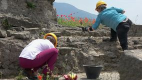 4K 2 археолога работают на раскопк в Помпеи, Италии сток-видео