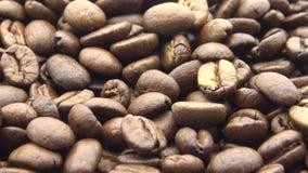 4k зажарило в духовке кофейные зерна вращает Ингредиент свежести для подготовить хороший кофе сток-видео