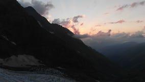 4k - Заход солнца в высокой горе Кавказ - взгляд от трутня видеоматериал