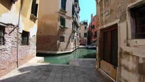4K Идущ через типичную улицу в городе Венеции, Италия Субъективная съемка акции видеоматериалы