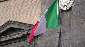 4K Итальянский флаг развевая в ветре, расположенном в Аркаде del Plebiscito, Неаполь сток-видео