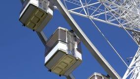 4K Кабины колеса ferris или большого колеса которое закручивает Пассажирский автомобиль видеоматериал