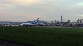 4K, коммерчески пассажирские самолеты принимают с взглядом башни Тайбэя 101 акции видеоматериалы