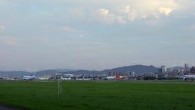 4K, коммерчески посадка пассажирских самолетов с взглядом башни Тайбэя 101 сток-видео